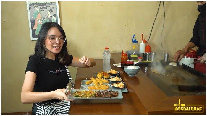 Magda memesan dna mencicipi menu di Nam Lapan