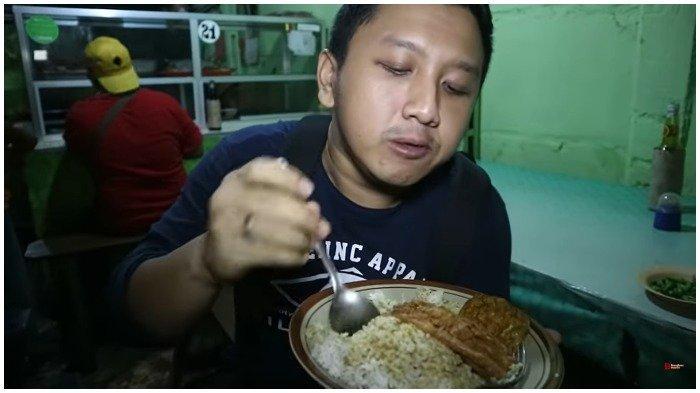 Yudho mencicipi seporsi nasi belek di Warung Belek