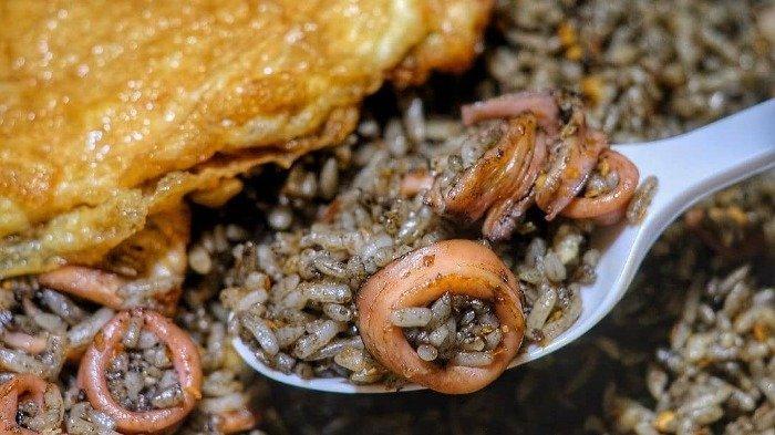 Cari Kuliner Malam di Surabaya? Coba Pedasnya Nasi Goreng Cumi Pak Gatot yang Bikin Banjir Keringat