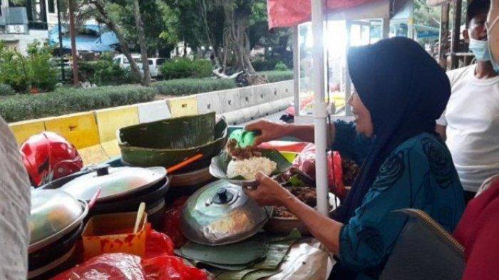 TRIBUN TRAVEL : Menikmati Nasi Gudeg Bu Ijah, Kuliner Legendaris di Glodok Jakarta Barat