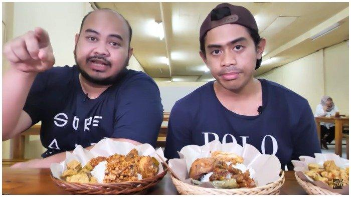 Tanboy Kun bersama temannya mencicipi Nasi Pedas Bu Andika