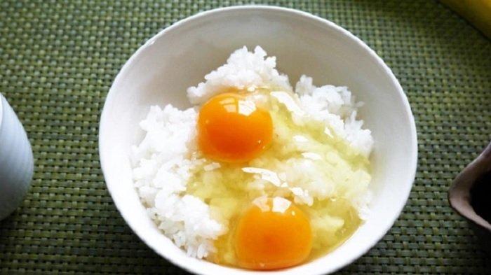 Nasi putih dan telur mentah