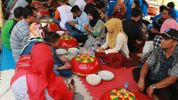 Tradisi Nganggung Dulang masyarakat Toboali, Bangka Selatan, Bangka Belitung seusai Toboali Fashion Carnaval 2017 di Rumah Dinas Bupati Bangka Selatan di Toboali, Minggu (30/7/2017).