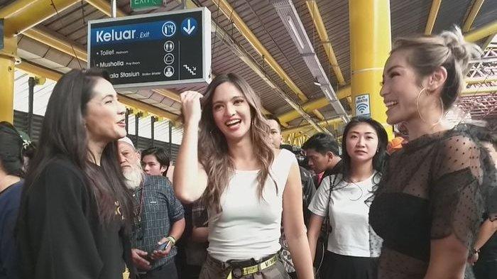 Nia Ramadhani bersama Jessica Iskandar dan Maudy Koesnaedi saat akan menggunakan KRL Commuter Line.