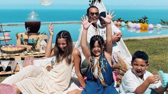 Potret kebersamaan Nia Ramadhani dan keluarganya saat pinik mewah di Bali.