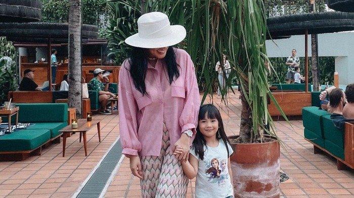 Potret Akrab Nindy Ayunda dan Putrinya Habiskan Waktu Liburan di Bali