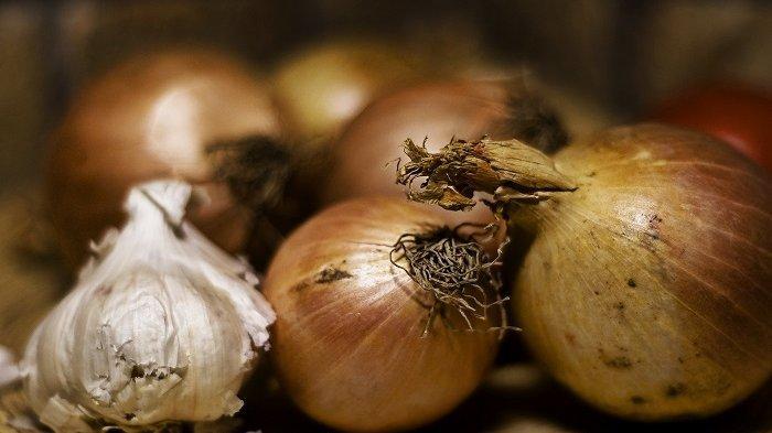 Ketika memilih menu sahur, usahakan tidak mengandung banyak bawang agar tidak memicu bau mulut saat berpuasa.