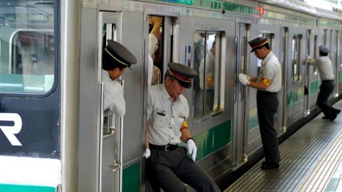 Mengenal Lebih Dekat Oshiya, Petugas Pengatur Penumpang Kereta di Stasiun Jepang
