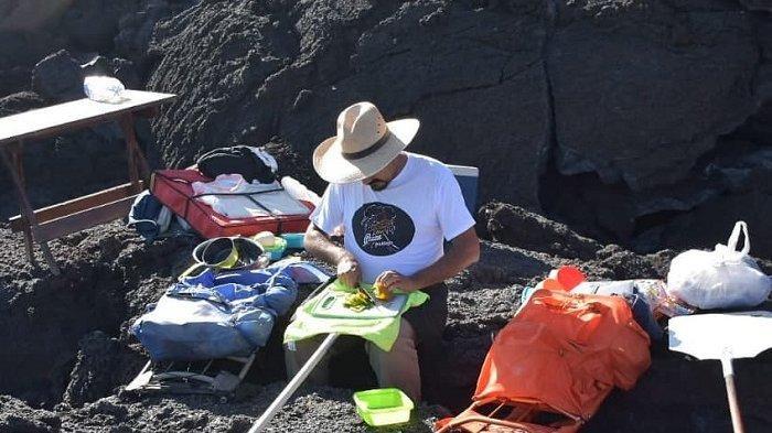 Aksi Pria Bule Memanggang Pizza di Atas Lahar Vulkanik, Videonya Viral di Medsos