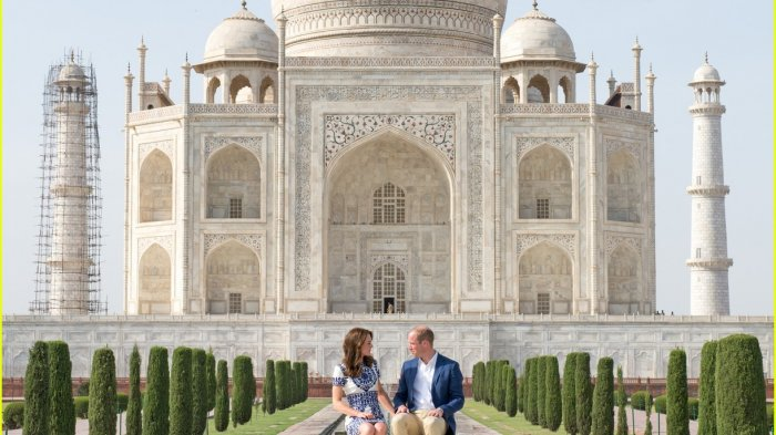 Pangeran William dan Kate Middleton sempat berfoto di depan Taj Mahal.