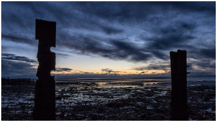 Bikin Kaget, Wanita 45 Tahun Temukan Batu Mirip Wajah Voldemort di Pantai