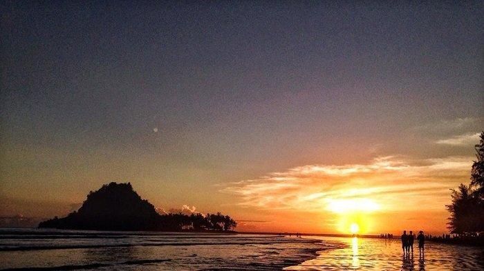 Pantai Aia Manih atau Pantai Air Manis di Sumatera Barat.