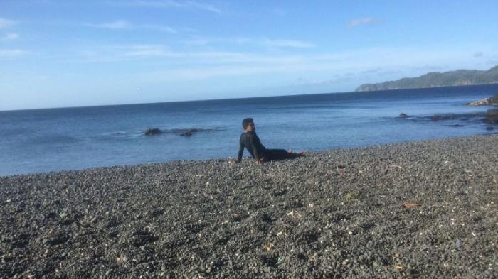 Pantai TWA Batu Angus Bitung-Santai di Pantai, Ternyata Ini Rahasia Bebatuan di Sini Warnanya Hitam