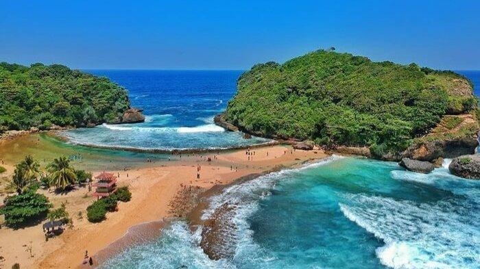 Berkunjung ke Pantai Batu Bengkung, Tempat Terbaik Menikmati Sunset di Malang