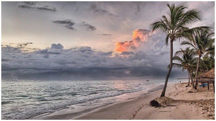 Ilustrasi pantai dengan pemandangan memukau