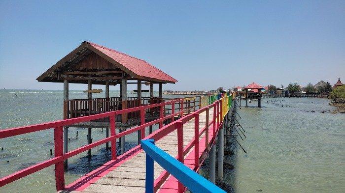 Pesona keindahan Pantai Kutang, satu di antara destinasi wisata favorit di Lamongan, Jawa Timur.