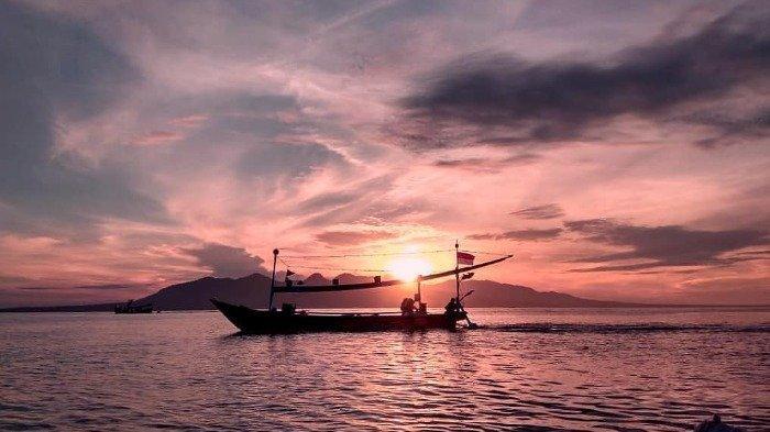 Pantai Marina Boom, merupakan satu spot terbaik untuk melihat sunset di Banyuwangi.