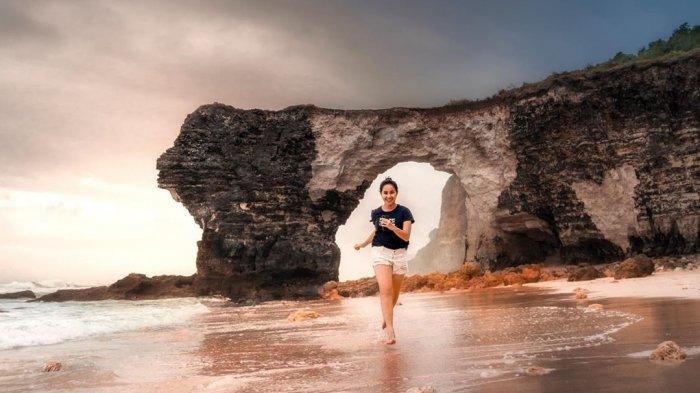 Karang Bolong, Spot Instagramable di Pantai Mbawana Sumba