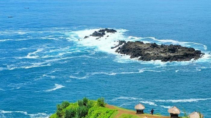 Pantai Menganti, Tempat Wisata di Kebumen dengan Keindahan Laut Berlanskap Perbukitan