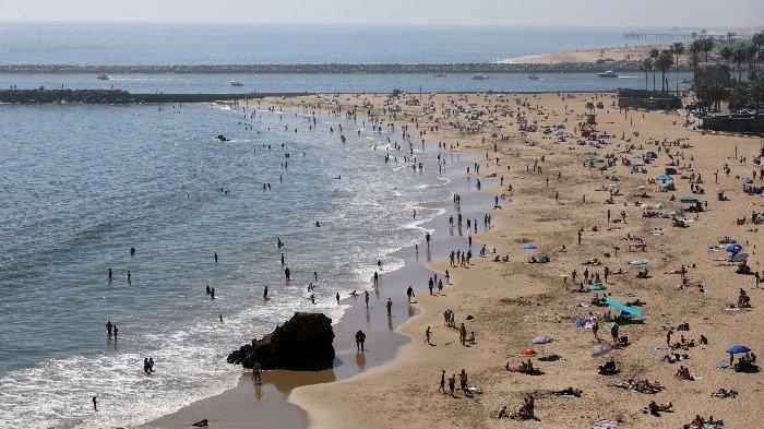 Melanggar Aturan Lockdown, Ribuan Wisatawan Nekat Liburan Akhir Pekan ke Pantai