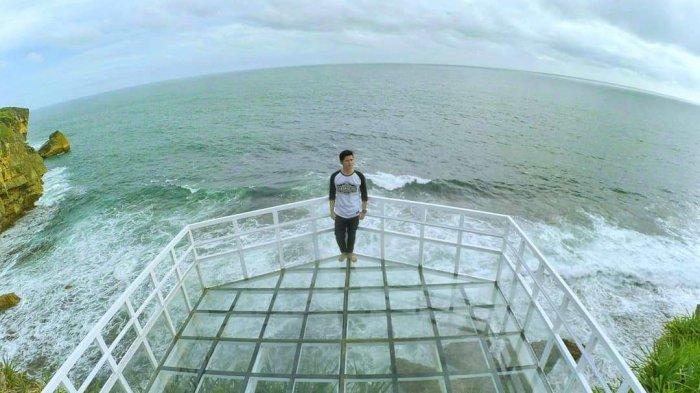 Lagi Hits Di Jogja Jembatan Kaca Pantai Nguluran Yang Jadi Spot Foto Baru Di Gunungkidul Tribun Travel