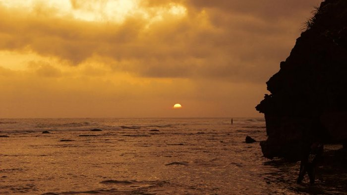 Pantai Pok Tunggal - Hilangkan Penat dengan Menikmati Tenggelamnya Senja nan Syahdu di Sini