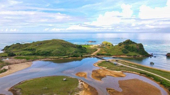 TRAVEL UPDATE: Menelusuri Legenda Putri Mandalika di Pantai Seger Lombok yang Memesona