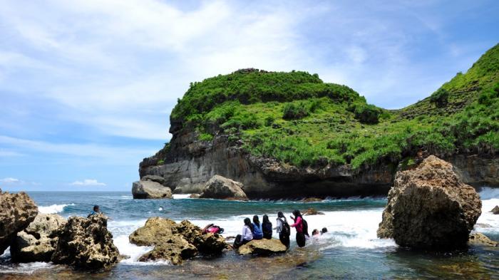 Pantai Sembukan Wonogiri - Spot Ini Jadi Gerbang ke-13 Menuju Istana Nyi Roro Kidul, Bener Nggak Ya?