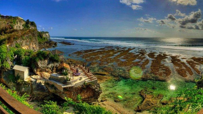 Jelajah Pantai Suluban, Tempat Wisata di Bali yang Tersembunyi di Balik Tebing Karang