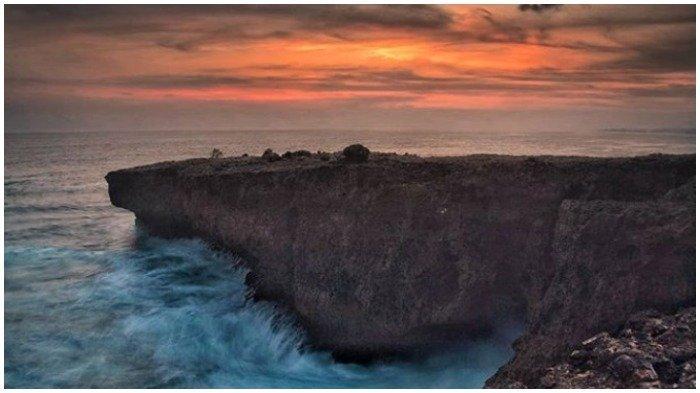 Pesona Pantai Watu Lepek, Tempat Terbaik Menikmati Matahari Tenggelam saat Berlibur di Malang