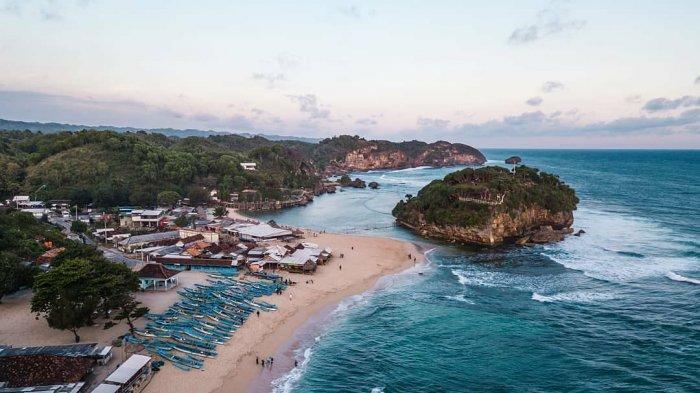 Pantai Wediombo Sajian Eksotis Di Balik Bukit Terjal Gunungkidul Tribun Travel
