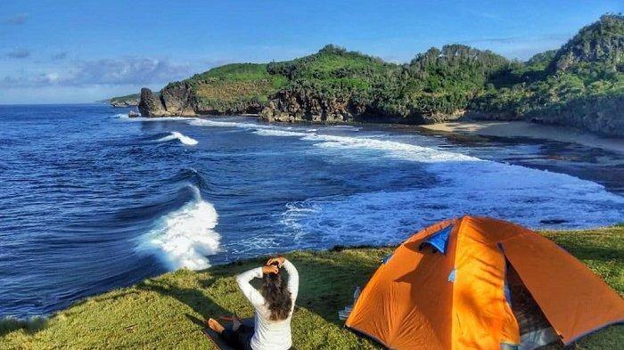 TRAVEL UPDATE: Asyiknya Camping di Pantai Widodaren Gunungkidul, Pasir Putihnya Terlihat Menawan