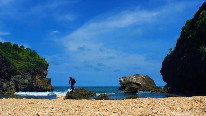 Pantai Wohkudu - Tumbuhan Hijau Terbelah Pasir Kecokelatan, Keeksotisannya Pukau Wisatawan
