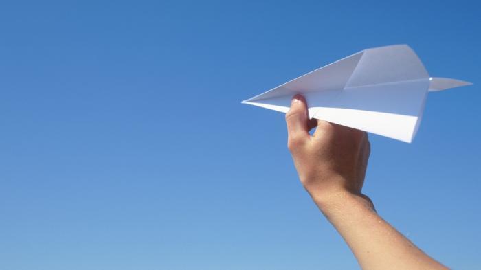 Ilustrasi pesawat kertas