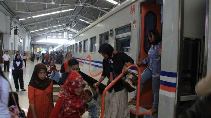 Para penumpang tengah menuruni kereta api di Stasiun Bandung, Senin (25/12/2019).