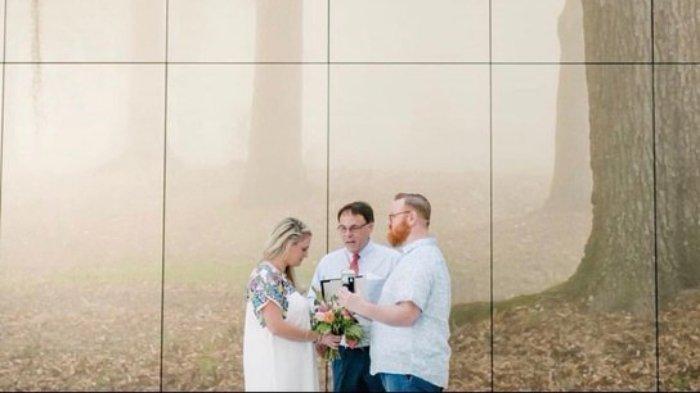 Pasangan Ini Akhirnya Menikah di Bandara Setelah Ditunda Beberapa Kali