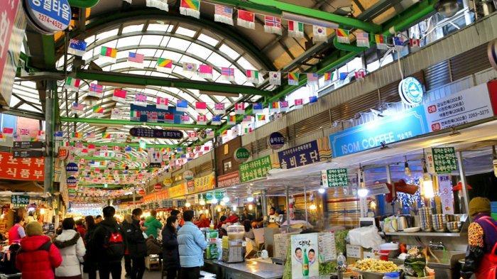 Pasar Gwangjang yang terletak di Seoul, Korea Selatan