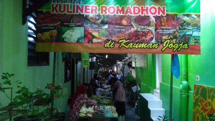 Warga membeli jajanan di Pasar Ramadan Kauman, Jalan Ahmad Dahlan, Kelurahan Ngupasan, Kecamatan Gondomanan, Sabtu (3/6/2017) sore.