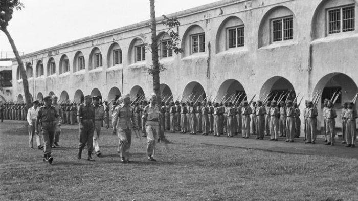 Pasukan militer yang tengah berbaris di Benteng Pendem Ambarawa