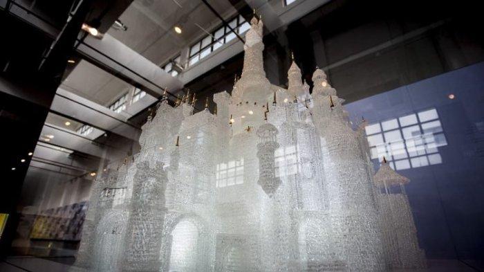 Anak-anak Bermain di Museum Pecahkan Patung Kastil Kaca Terbesar di Dunia