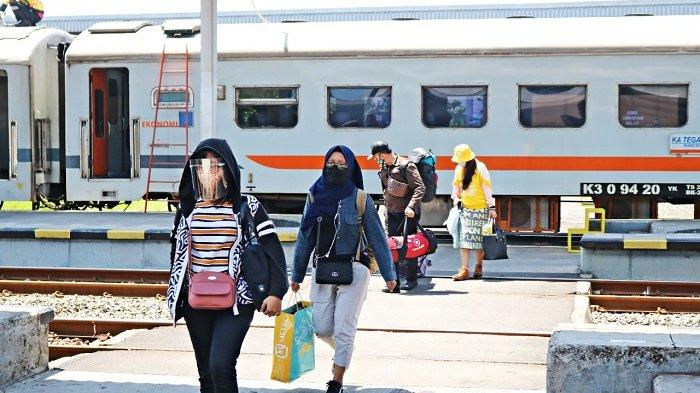 Pelanggan kereta api jarak jauh mematuhi protokol kesehatan