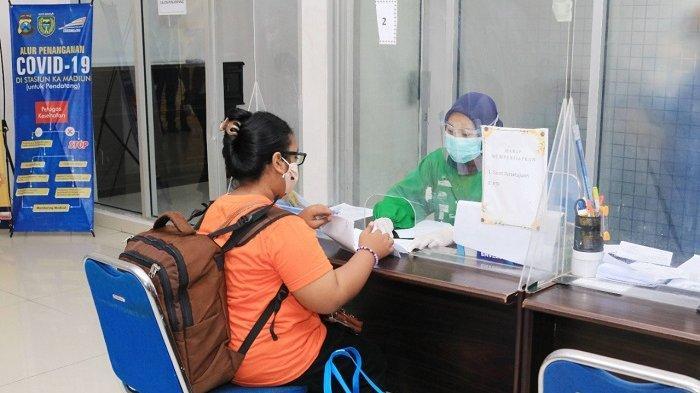 Pelanggan kereta api jarak jauh melakukan registrasi sebelum melakukan rapid test antigen