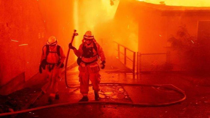 Pemadam kebakaran menjinakkan api