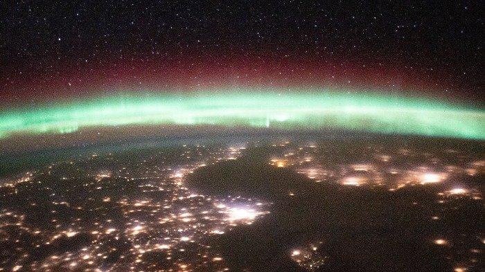 Pemandangan Aurora yang terlihat dari luar angkasa