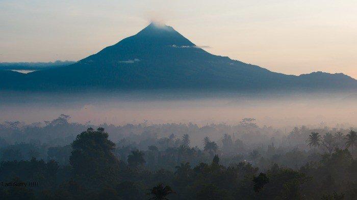 Pemandangan Gunung Merapi dari Candi Borobudur