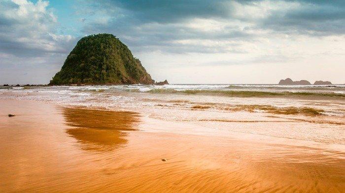 Yuk Berburu Sunset di Pantai Pulau Merah Banyuwangi, Harga Tiket Masuknya Cuma Rp 10 Ribuan