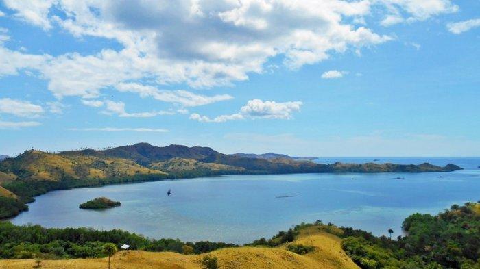 Pemandangan laut biru dari atas Bukit Cinta NTT