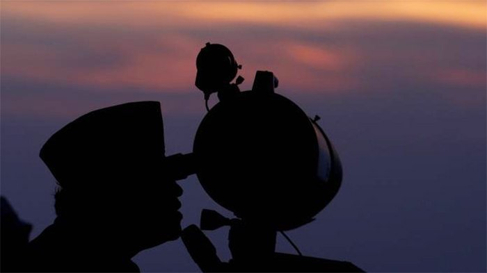Petugas dari Kemenag Perwakilan DI Yogyakarta melakukan pemantauan hilal di Pos Observasi Bulan (POB) Syekh Bela Belu, Parangkusumo, Bantul, DI Yogyakarta, Kamis (19/7/2012).