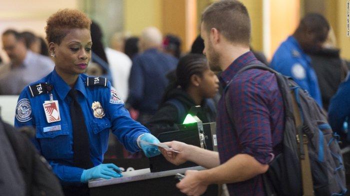 Tak Ingin Bayar Bagasi, Penumpang Ini Nekat Pakai Semua Bajunya di Pesawat