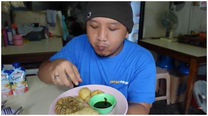 Yudho mencicipi Pempek Palembang Enak, Tebet, Jakarta Selatan